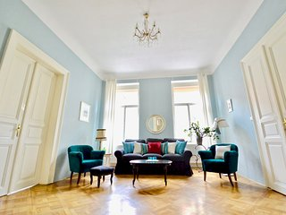 Elegant, Stylish Apt by River National Theatre, Old Town 1 min, Ch-bridge 7 min