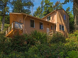 Dog-Friendly 3BR, Backed by Cape Kiwanda State Park – Walk to Beach & Dining