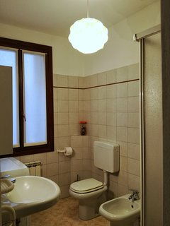 Bagno con bidet, doccia e lavatrice (uso a pagamento). Bathroom with bidet, shower & washing machine