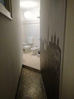 Dettaglio decorativo dell'ingresso del bagno. Detail of the stencil of the bathroom.