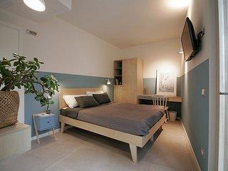 Blu, camera matrimoniale con giardino panoramico sul Garda -Agriturismo Scriciol
