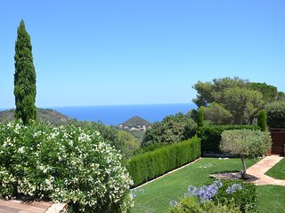 Modern cosy villa near beaches and village of Begur. Calm and green surrounding