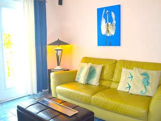 Walk Everywhere, A TRUMAN ANNEX CONDO! 2 PATIOS, POOL,WIFI,PARKING & BIKES