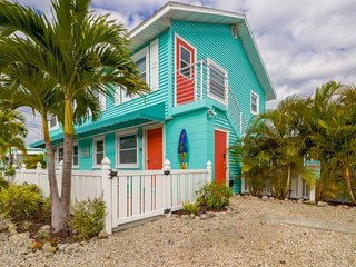 Charming, stylish condo w/ shared pool - walk to the beach, dining, & sights