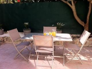 Cannes Central + Private Garden & Parking by Beach, holiday rental in Cannes