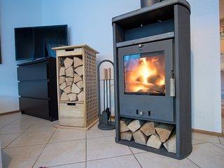 Der gemütliche Kamin kann von ihnen jederzeit genutzt werden, ausreichend Holz ist  zur Verfügung.