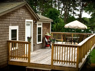 Cozy upscale cottage on pond and near beach in Eastham