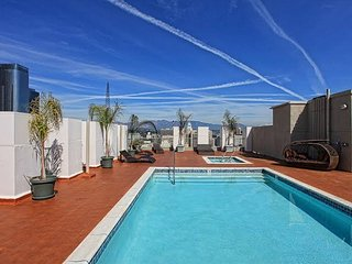 THE Perfect Stay! Chic DTLA 2BR Loft w/ Rooftop Pool & Jacuzzi. Entire Loft!