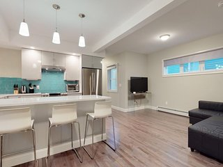 Sleek condo w/ private patio - less than 2 blocks to beach/park, small dogs OK!