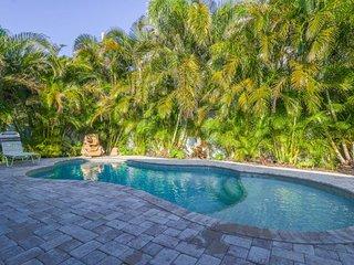 Sunny duplex w/ heated pool & terrace - one block to the beach & trolley!
