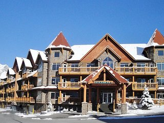 Canmore LUXURY Resort! Fireplace, Heated Outdoor Pool, Hot Tub