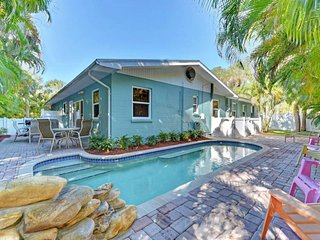 Quaint cottage w/ private pool - walk to beach and City Park