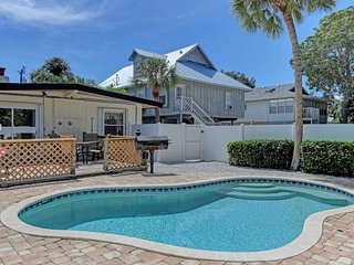 Conveniently located duplex w/ heated pool - walk to beach, dining, & shopping!