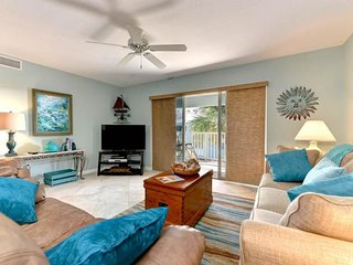 Beachside condo with shared pool - close to the beach and local attractions