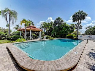 Inviting condo w/shared pool - easy beach access & dogs are welcome!