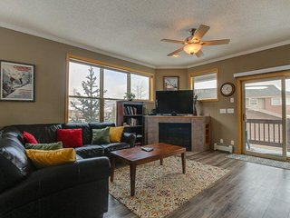 NEW LISTING! Warm, welcoming condo - easy access to 4 ski resorts & the lake!