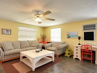 Stylish, cozy duplex with shared pool & easy beach access - free WiFi!