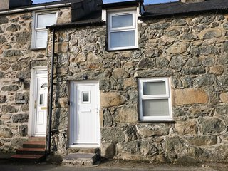 5 GLAN Y WERN TERRACE, woodburner, perfect for couples, enclosed garden, near Cr