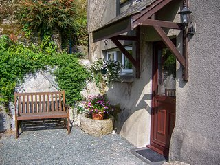 CENTRY FARM COTTAGE, open-plan living, near South Devon AONB, en-suite, Ref 9748