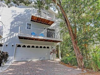 Family townhome with screened lanai, deck, and shared pool access
