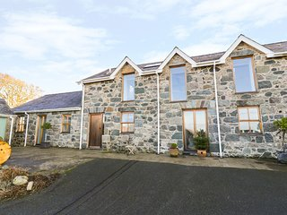 WERN OLAU COTTAGE, exposed beams and stonework, Smart TV, decking with hot tub,