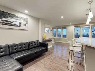Sleek condo w/unbelievable water views - newly renovated, walk to the bay!