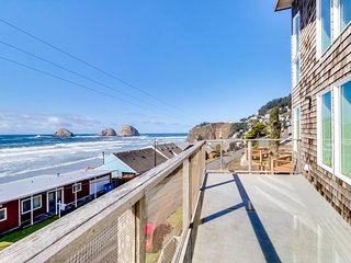 Stunning & modern oceanview home - a block and a half from the  beach!