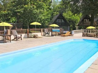 EDEN VALLEY LODGE, four bedrooms, corner bath, hot tub, dog-friendly, on-site fa