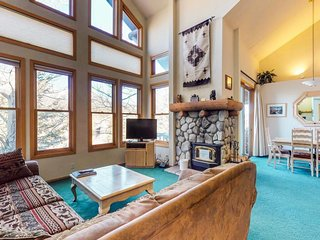 Townhouse w/ shared hot tub & deck w/ mountain view - near golfing & skiing!