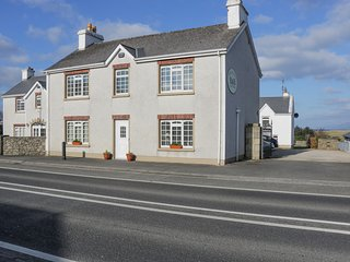 SLIEVE BAWN VIEW, open fire, sea views, fantastic touring base, pubs and shops