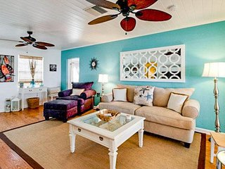 Quiet bayview home w/ a path to the beach, near Bayfront Park and Pine Ave!