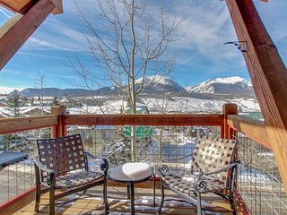 Mountain view townhome with a shared hot tub & private deck!