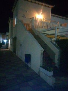 Vista nocturna del apartamento