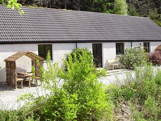 Honeysuckle Cottage/Riverside Cottage by Loch Ness. 4 + child. Mountain views