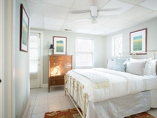 Stay with Lucky Savannah: Intimate Cottage Getaway for Two