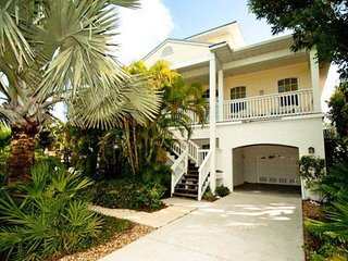 Bright house w/ lush garden, canal views & private dock - walk to the beach!