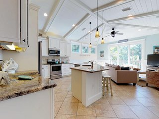 Bright, designer cottage w/ private pool & garden patio - 2 blocks to the beach!