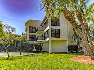 Beachside condo w/ shared pool, tennis courts, walking distance to sea, trolley!