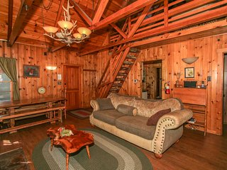 ~Abe's Amazing Cabin~Packed With Entertainment~Hot Tub~Walk To Lake & Town~