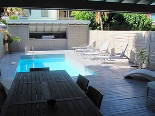 C'EST FOU... Irma Survivor...3BR with private pool, 4 min walk to Orient Beach!