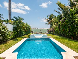 Luxury Water Front 5 Bedroom Home -16  people - Private Garden, Pool, Dock