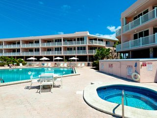 Relaxing condo w/ shared pool and hot tub, walk to dining and free trolley!