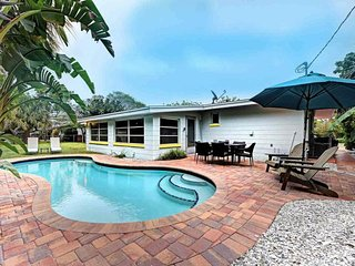 Lovely island house w/ private pool & nearby beach access - dogs ok!