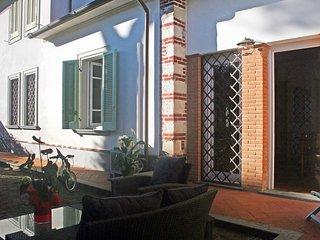 2 bedroom Villa in Forte dei Marmi, Tuscany, Italy : ref 5559700