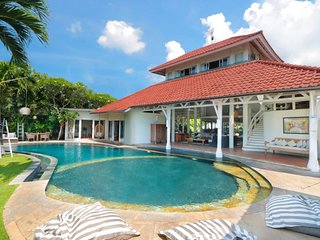 Luxury and Traditional Villa in the heart of Seminyak up to 18 persons