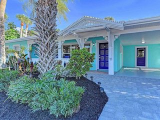Professionally decorated home w/ private pool, 2 blocks from beach! Dogs OK!