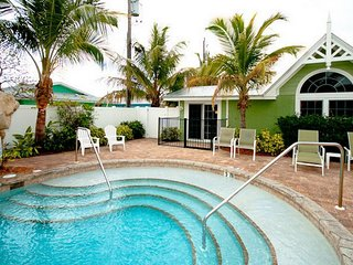 Cozy and charming gulf side cottage with shared pool & short walk to the beach