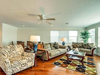 Spacious home with private pool and elevator, near the sea & trolley stops!