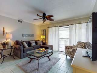 Beautifully updated condo by the beach w/ shared pool, gym & tennis courts