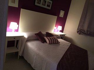Dormitorio principal con cama de 1,50 X 1,90, con TV 24 pulgadas Dispone de cunita para bebe